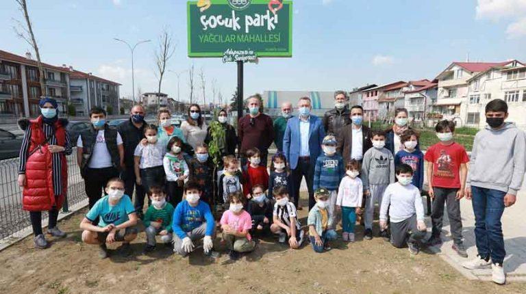 Adapazarı'nda Çocuk Parklarına Meyve Fidanı Dikiliyor